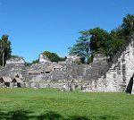 遺跡の中央部。右、1st temple、左側は居住地とか墓とか。マヤの人は今でもここで儀式をやるらしい。
